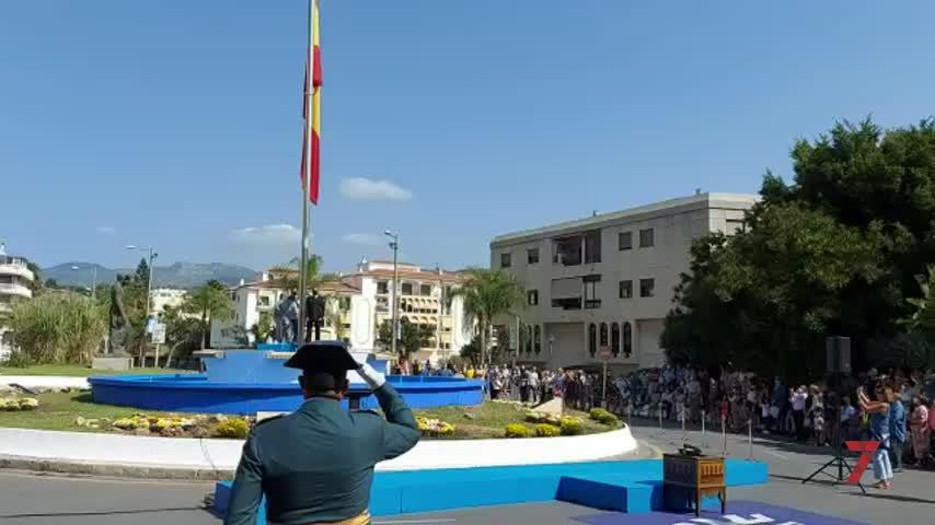 Almuñécar celebra el día de la Fiesta Nacional homenajeando a la bandera española