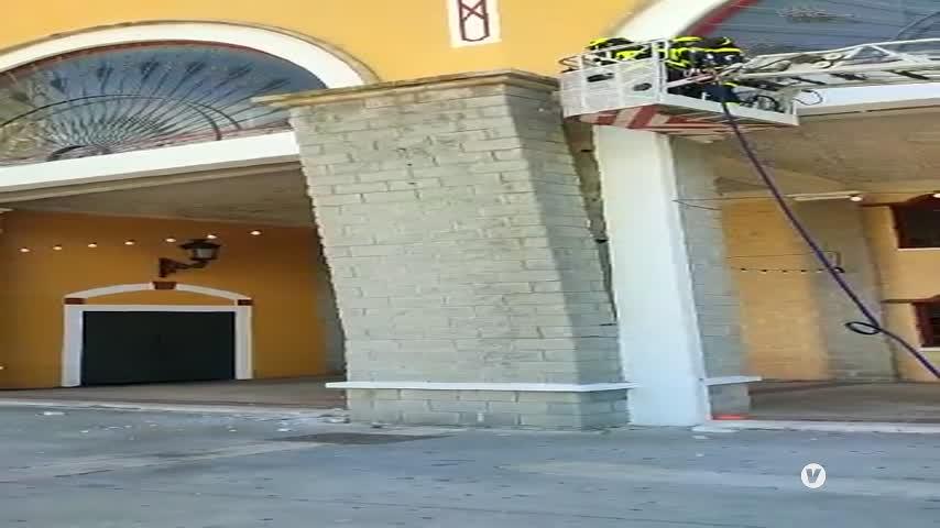 Bomberos derriba los falsos pilares de la fachada de La Montera ante el riesgo de caída