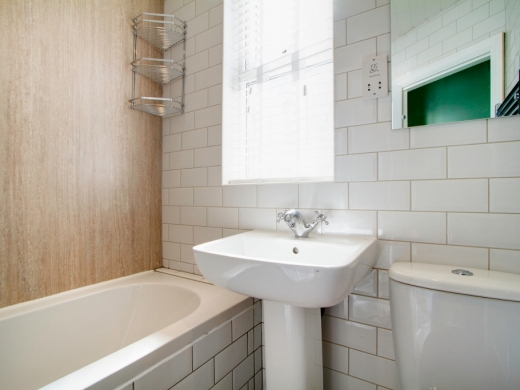 74 Derby Road 6 Bedroom Manchester Student House bathroom
