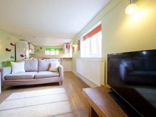 30 Rolleston Drive, Nottingham, Living room Angle 1