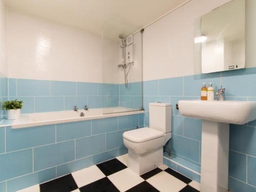Flat 1, 17 Ladybarn Road Student House Bathroom