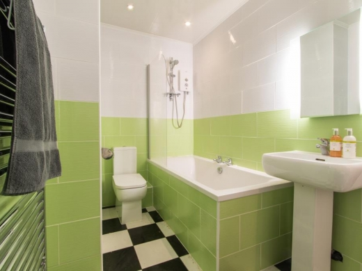 Flat 2, 17 Ladybarn Road Student House Bathroom