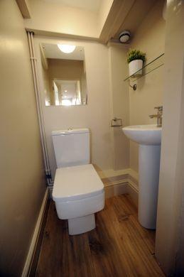 16 Victoria Street 5 Bedroom Exeter Student House Bathroom 2