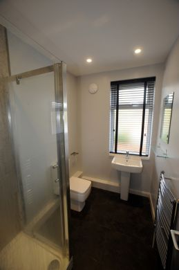52 Howell Road 5 Bedroom Exeter Student House Bathroom
