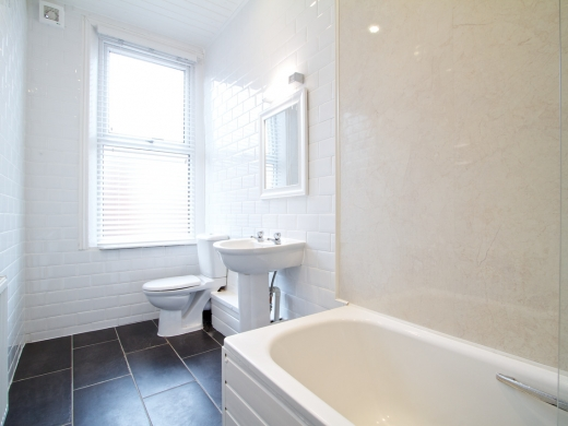 54 Queens Road 8 Bedroom Leeds Student House bathroom