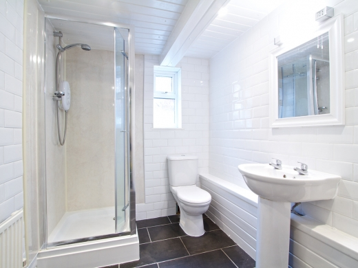52 Queens Road 8 Bedroom Leeds Student House bathroom 1