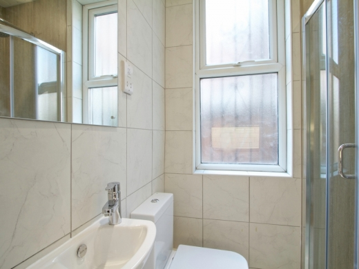 21 Booth Avenue 6 Bedroom Manchester Student House Bathroom 1