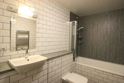 Flat 2, 154 Woodsley Road 7 Bedroom Leeds Student House bathroom 1