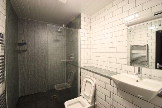 Flat 2, 154 Woodsley Road 7 Bedroom Leeds Student House bathroom 2