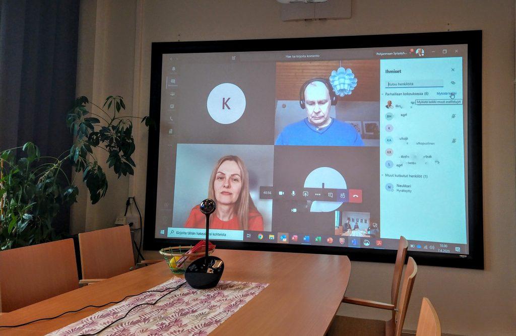 Kuva seinänäytöstä missä yhdisyksen hallitus kokoontuu Microsoft Teamsin kautta.