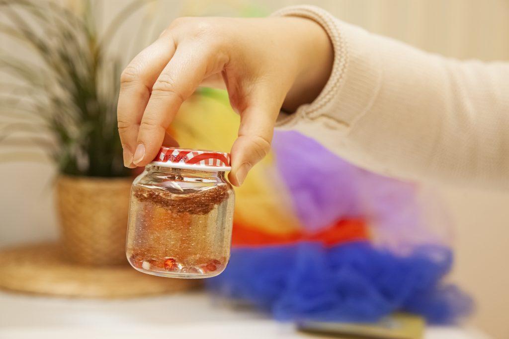 Käsi pitelee huminapurkkia. Avaa kuva isompana.