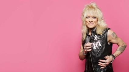 Bröstcancerforskningen behöver ditt stöd – Michael Monroe har formgivit Rosa bandet