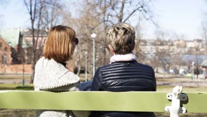Roosa nauha -päivä muistuttaa, miten tukea, jos läheinen sairastuu syöpään