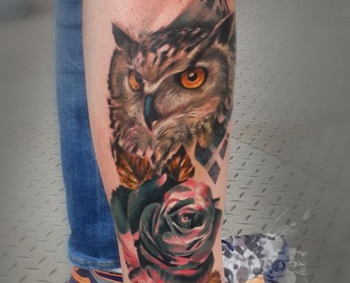tatuajes a color realistas abstracto buho con rosa valencia