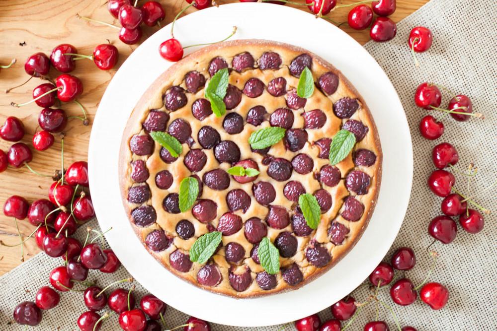Kuchen aus dem Mixer: saftiger Kirschkuchen ohne Zucker und Mehl
