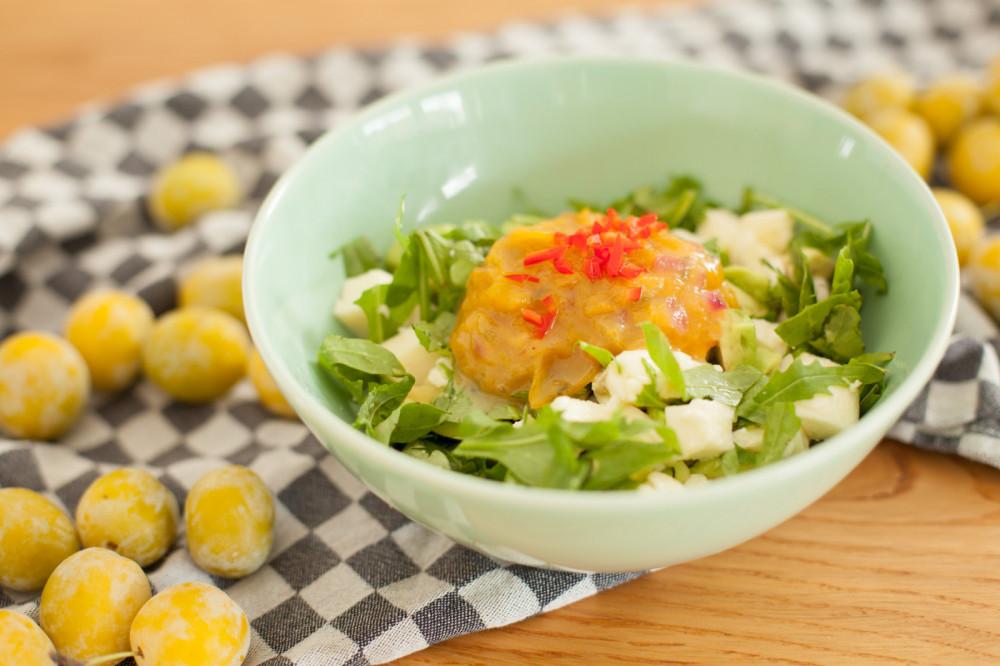 Avocadosalat mit heißen Mirabellen