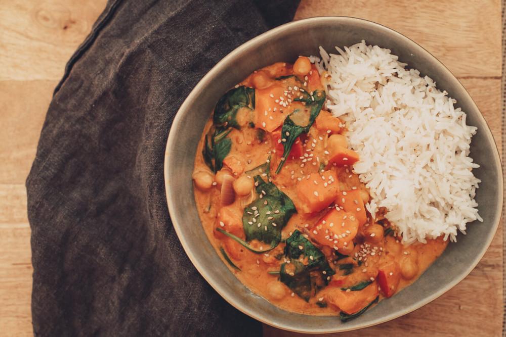 Herbstliches, veganes Kürbis-Curry mit Sesam