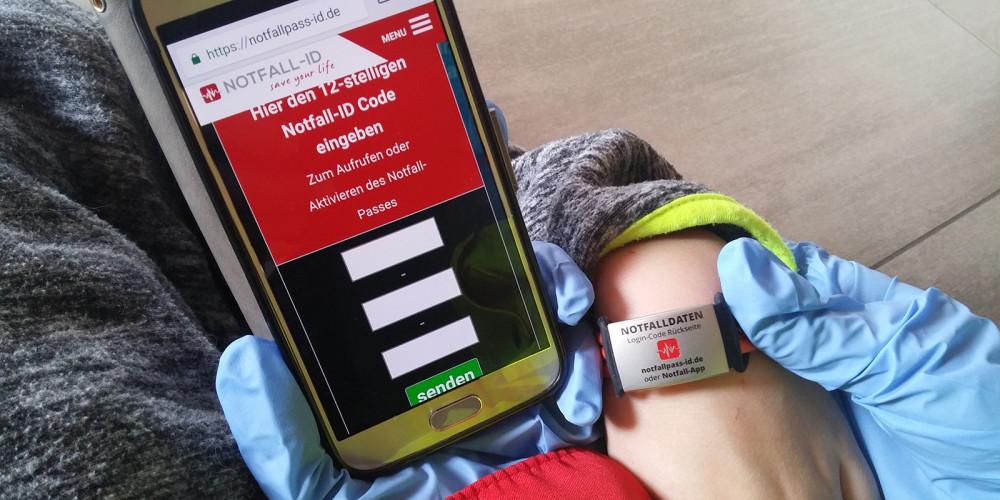 Erste Hilfe Special: allein unterwegs - Notfall-Armbänder und Co