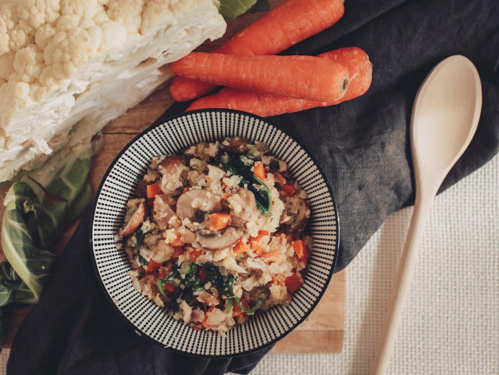 Low Carb Lunch: Blumenkohl-Reispfanne mit buntem Gartengemüse