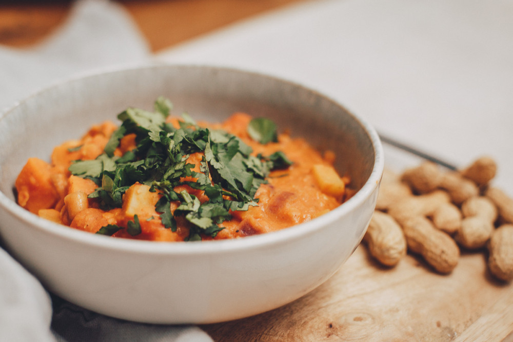 Veganer Erdnuss-Süßkartoffel-Eintopf mit roten Linsen