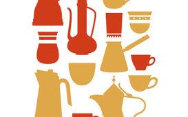 مجموعة من دلّات القهوة والكؤوس الموجودة في كل بيت عربي
