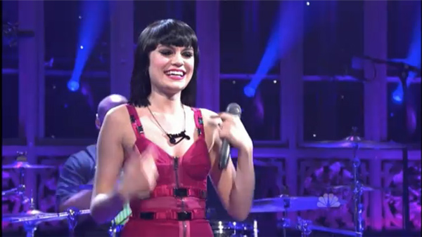 Jessie J wears Tatty Devine on Saturday Night Live