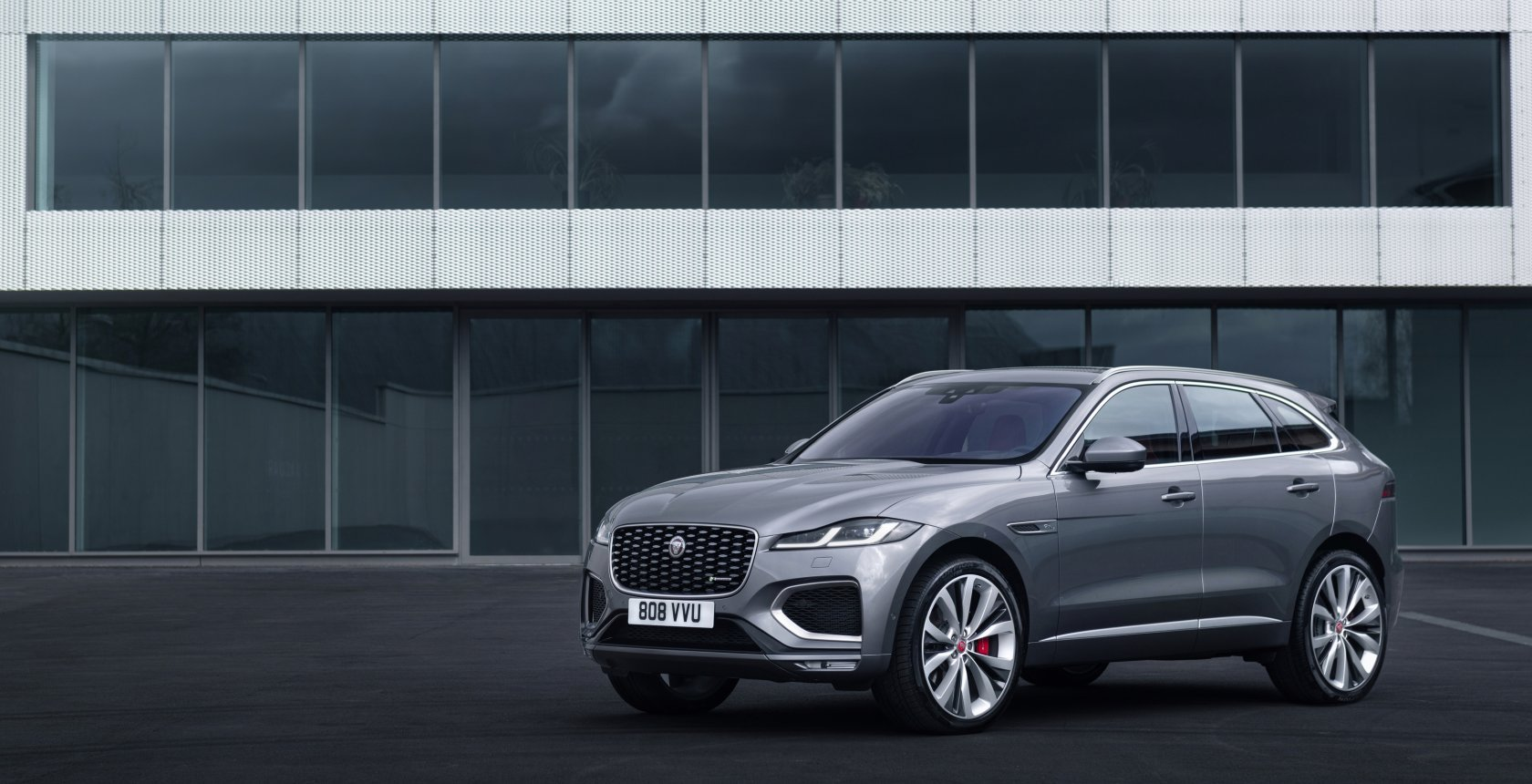 Jag F Pace 21 My 21 Location Static 05 Front 3Qtr 150920