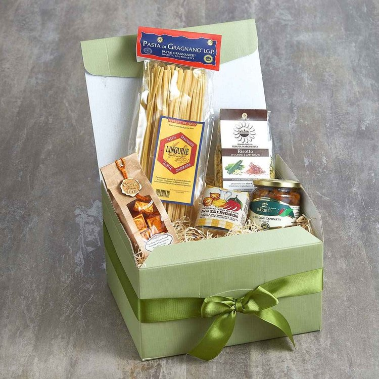 Italian Vegetarian Gift Box Inc. Linguine Pasta, Garlic & Chilli Oil, Risotto Mix & Chocolate