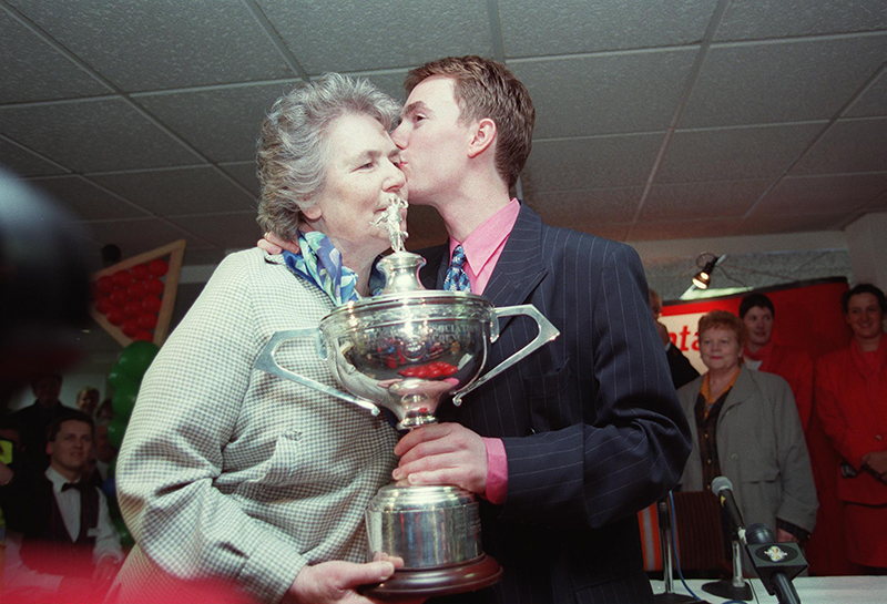 Dublin Airport 7/5/1997 Ken Doherty with Embassy World Trophy kisses his mother Rose © Matt Browne/INPHO