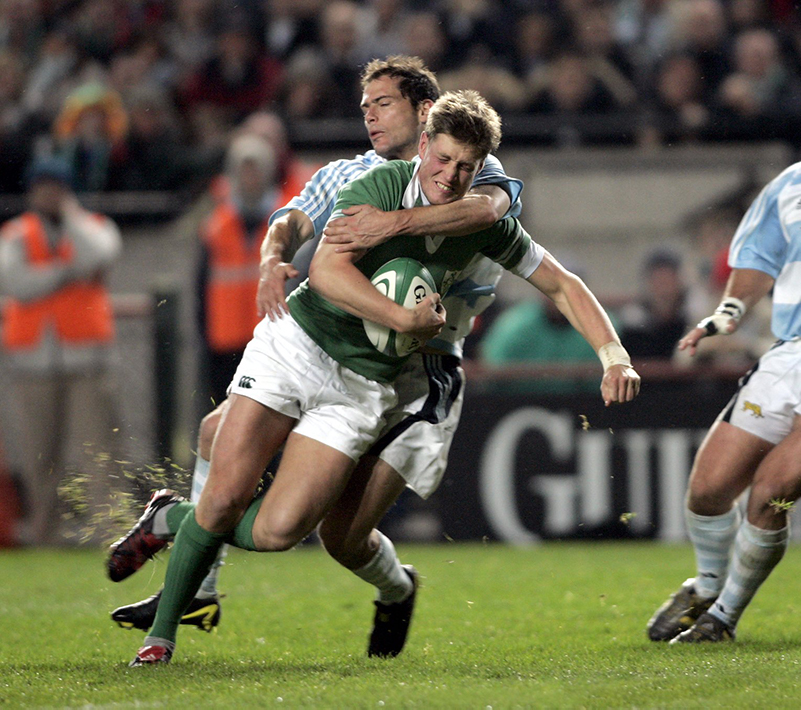 International Rugby Test Ireland vs Argentina 27/11/2004 Ireland's Ronan O'Gara tackled by Felipe Contepomi of Argentina Mandatory Credit ©INPHO/ Tom Honan