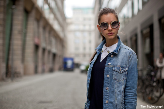 Natalia is wearing a lovely Sonia Rykiel dress and combines it with Miu Miu sunglasses and jeans jacket. Adorable street style.