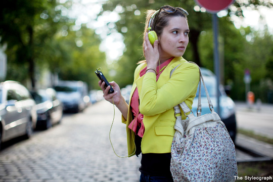 I took this street style photo of Jasmin while I was on my way to the fitness studio. Quite funny, that I always carry my camere with me in Berlin to shoot when I see a cool style like Jasmin's. Colorful summer outfit