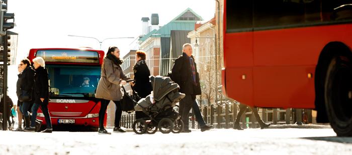 Bild på LLT bussar och människor