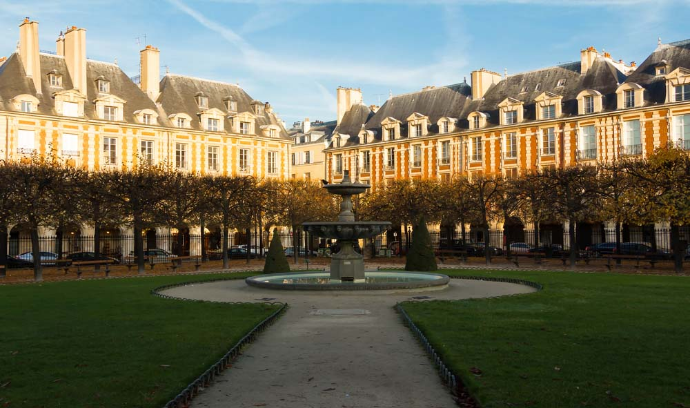 One of the most romantic things to do in Paris is going to place des vosges in le marais