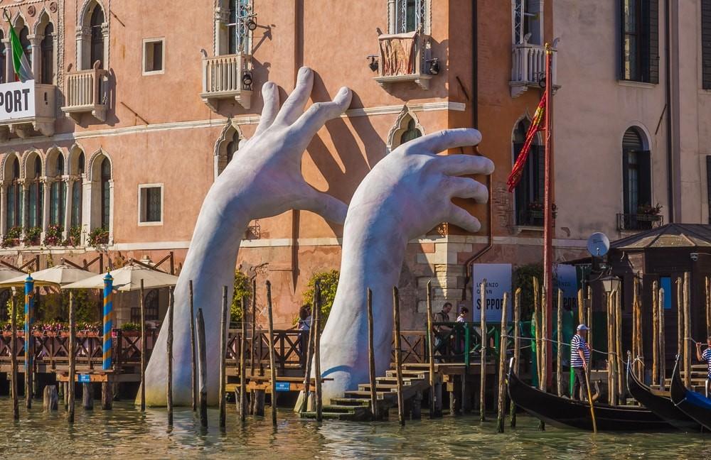 Lorenzo Quinn's hands , 2017 biennale