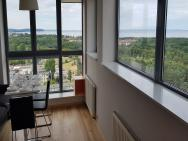 16th floor view on the sea and city. 15 minutes walk to the beach – zdjęcie 23