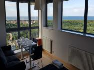 16th floor view on the sea and city. 15 minutes walk to the beach – zdjęcie 30