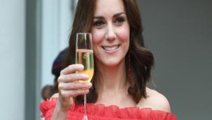 Βραδινή έξοδος χωρίς τον Γουίλιαμ- Η Κέιτ με κατακόκκινο μάξι φόρεμα στο  πάρτι της μητέρας d1214265047