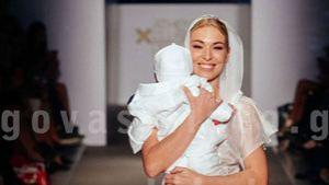 Η Σταρ Ελλάς Μικαέλα Φωτιάδου στο catwalk του Μάκη Τσέλιου με το μωρό της  στην αγκαλιά dc2a70dff0a