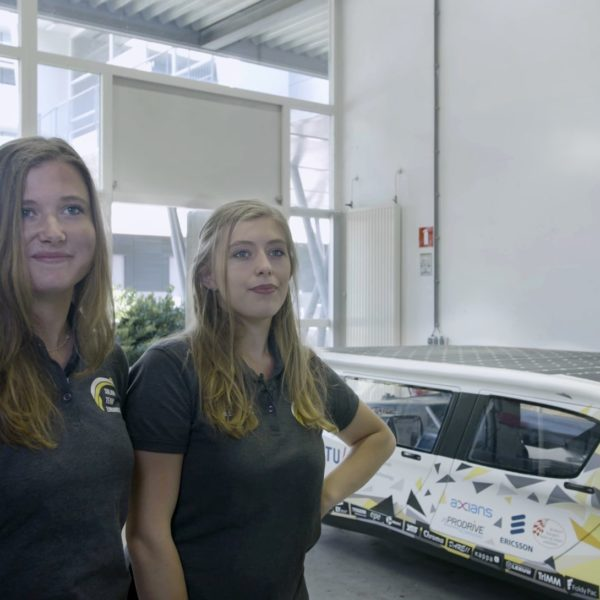 Studenten van Solar Team Eindhoven met de Stella Lux