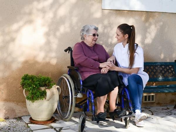 Cuidador de personas mayores, Compañía a personas mayores de día