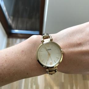 Fossil guld ur, brugt men i meget flot s - Hillerød - Fossil guld ur, brugt men i meget flot stand. Batteriet skal skiftes, men kan gøres for 50-60 kr ved en guldsmed. OBS - Køber betaler selv porto, hvis det skal sendes. Æske og certifikat medfølger. - Hillerød