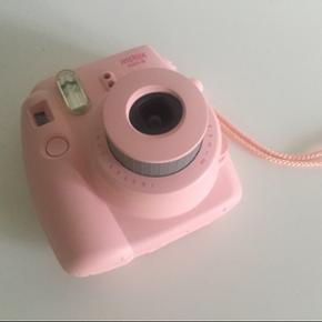 Fujifilm instax kamera - poloroid kamera - København - Fujifilm instax kamera - poloroid kamera Farve: baby-pink. Brugt et par gange, der er ingen tegn på brug, helt som ny. Der er stadig et par billeder tilbage. Prisen er ikke faste BYD gerne! - København