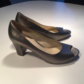 Naturalizer sko str 41. Brugt få gange  - Esbjerg - Naturalizer sko str 41. Brugt få gange så er stort set som nye. Hælen er 8 cm målt bagerst. Indvendige mål er ca 26 cm. Afhentes i Esbjerg midtby. Nypris 799,- - Esbjerg