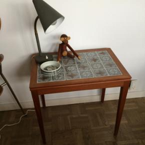 Teaktræsbord (sidebord) med kakler i gr - Fredericia - Teaktræsbord (sidebord) med kakler i grå/lyse nuancer.