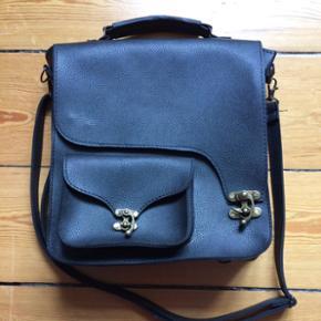 Hand bag/shoulder bag/backpack bought in - Vejle - Hand bag/shoulder bag/backpack bought in Istanbul black leather like. Used a couple of times - Vejle