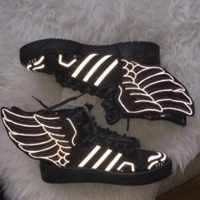 Jeremy Scott x Adidas Sneakers i str. 41 - København - Jeremy Scott x Adidas Sneakers i str. 41 1/3, aldrig brugt stadig med mærke, købt i Adidas originals butikken i Kbh. Sorte og hvide wings. Pris er inkl Porto i en hurtig handel - København
