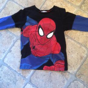 Bluse fra h&m, med spiderman. Str. 98/10 - Silkeborg - Bluse fra h&m, med spiderman. Str. 98/104. Befinder sig i Hammel - Silkeborg