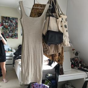 Mega lækker tætsiddende kjole som går - Helsingør - Mega lækker tætsiddende kjole som går til knæene, giver en en rigtigt smuk form og er mere nedringet på ryggen :) BYD - Helsingør