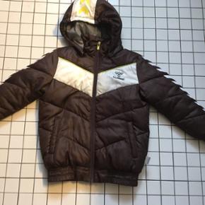 Hummel vinterjakke str 116 Længde 55cm  - Esbjerg - Hummel vinterjakke str 116 Længde 55cm Indv arm 35cm Div brugsspor, men ikke noget helt vildt og lynlås fungere fint. Gls 35kr - Esbjerg